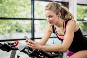 5 benefícios de treinar escutando música